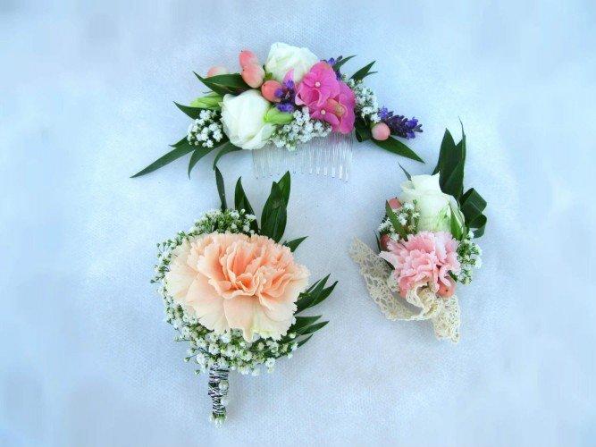 butonierki i przypinka z żywych kwiatów