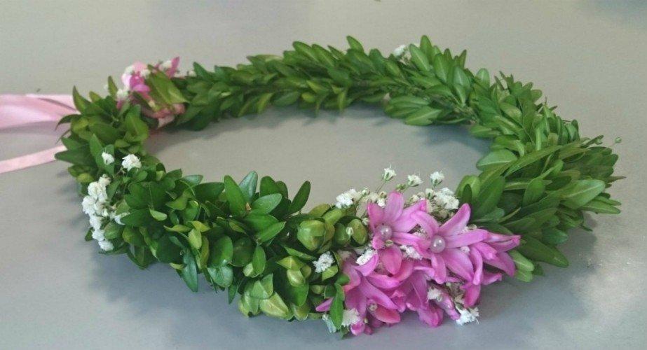 wianek z mirtu z fioletowymi kwiatami