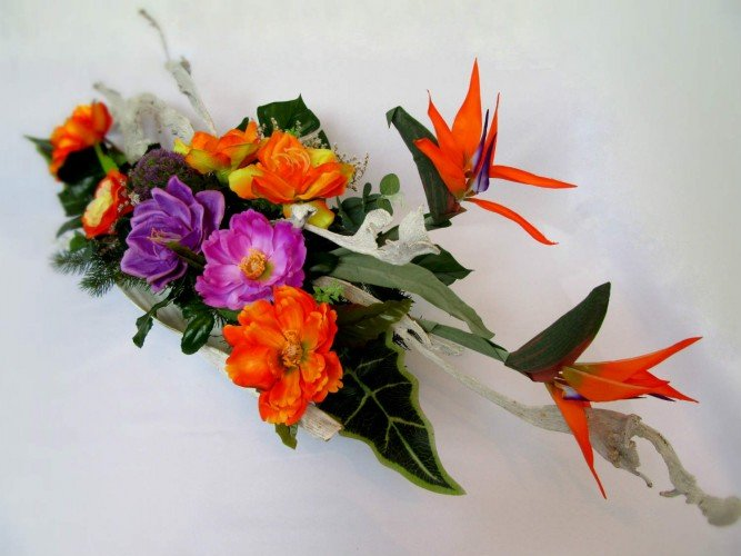 kompozycja z kwiatów sztucznych na grób