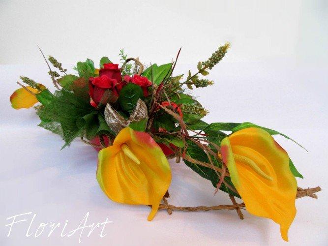 stroik ze sztucznych kwiatów na Wszystkich świętych
