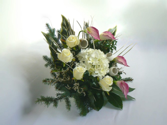 kompozycja z żywych kwiatów na Wszystkich świętych