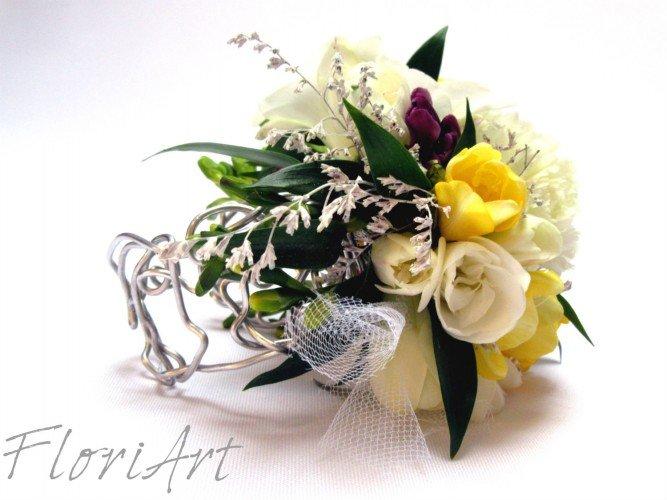 bransoletka z żywych kwiatów