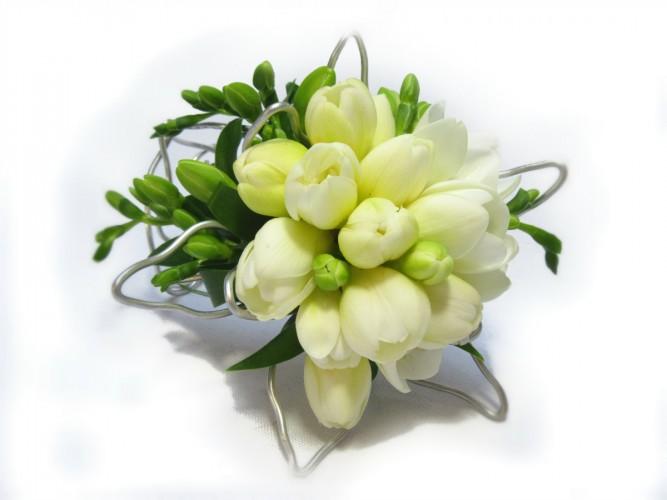 bransoletka z żywych kwiatów na komunię